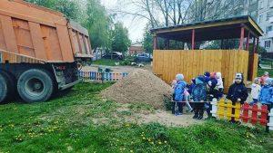 КАМАЗ выгрузил песок в детском саду
